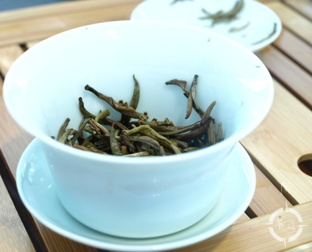 Silver Needle tea leaves in a gaiwan