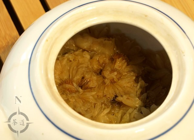 chrysanthemum flavoured Pu-erh tea in a teapot