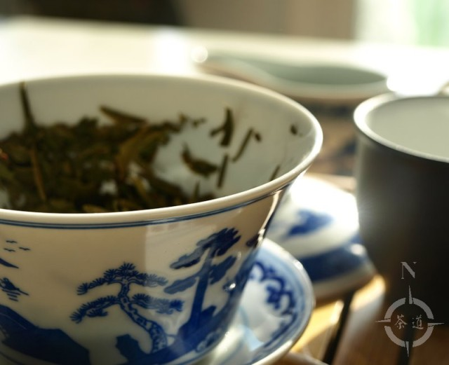 a gaiwan and longjing tea